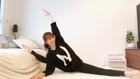 """田中理恵、おうち時間の美しい""""200度開脚""""に驚きの声 「継続こそ力ですよね!」「すごい」"""