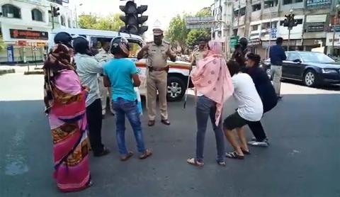 【スパルタ式】外出禁止、除外者に警官暴行 頻発、生活必需品供給に支障―インド スクワット 尻叩き 腕立て ビンタ
