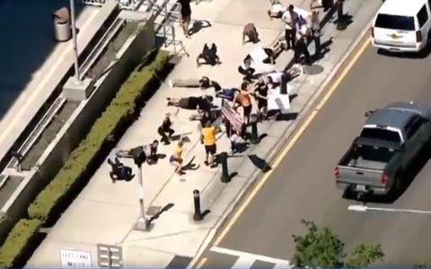 【悲報】「ジムを再開して!」筋トレ民、裁判所前でスクワットと腕立て伏せを行うデモを行う【こじるりなし】