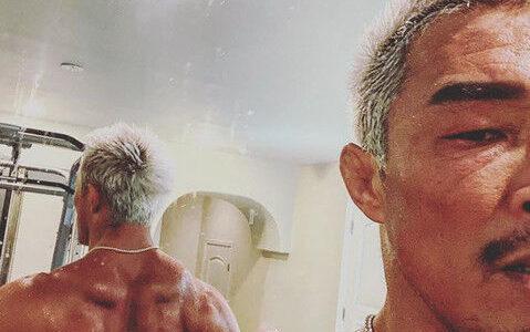 トレーニング中の秋山成勲が筋肉アピール、男らしさ爆発