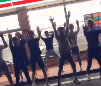 【動画】セブンイレブンを背景にダンスする集団がこちらwww