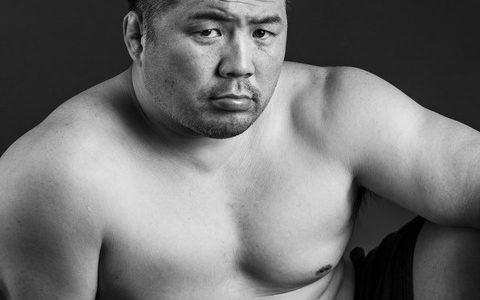 【悲報】レジェンド格闘家 桜井マッハ速人がホモ雑誌の表紙の様な画像を上げてしまう
