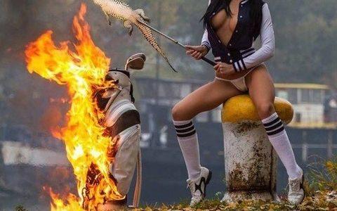 【悲報】黒髪ナイスバディ美女、Hな格好でゴルフバックを燃やしワニ をこんがり美味しく焼いてしまう