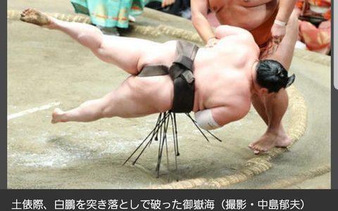 【悲報】最強横綱の白鵬さん、取り組み中なのに宙を舞ってしまう