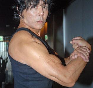 【悲報】大仁田厚、コンビニ駐車場で足ひかれる「俺は頑丈ですが!車で轢いちゃあいけないよ」