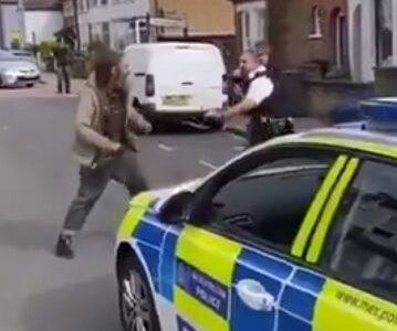 【悲報】警察官 ホームレスに喧嘩で負けそうになるwww