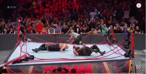 【悲報】プロレスラーさん、重すぎてリングをぶっ壊してしまうwwwwwwwwwwwwwwwwww