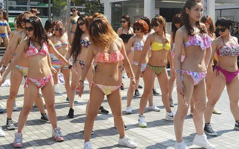 【朗報】美女集団、駅前で水着ダンスを披露 プロポーションが素晴らしいと話題に