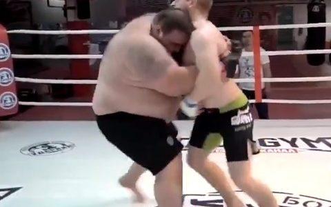 【悲報】超重量級のデブが総合格闘技の試合をしてみた結果wwwwwwwwwwwwwwwwwwwwwwwwwwwwwwwwwwww