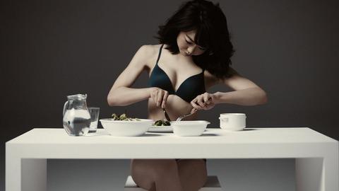 【悲報】峯岸みなみ 糖質制限ダイエットで腹痛に…まさかの原因「点滴打ちながら腐ったささみを」