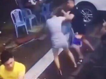 【動画】エチエチボディの中国まんさん 彼氏がチンピラに絡まれて反撃する
