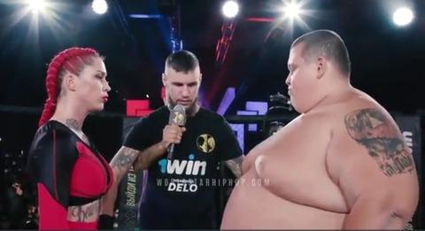 【悲報】体重240kgの素人男と63kgのプロ格闘家女が対戦した結果wwwwwwww