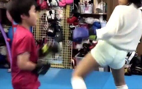 【悲報】JSキックボクサーさん、下級生の男の子をボコボコにしてしまう