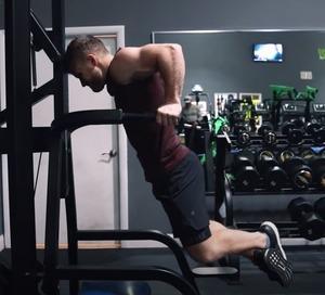 ディップスって上がった時って肘を完全に伸ばした方がいいの?