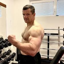 """46歳ミルコ、太すぎる腕際立つ""""上裸ショット""""に海外注目「鋼のよう」「尊敬する」"""
