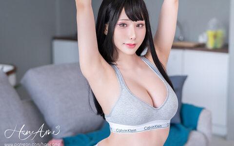【悲報】宅トレ巨乳美女さん、とんでもない格好でトレーニングしてしまうwww