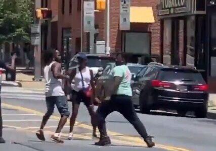 【悲報】黒人さん ニューヨークの路上で喧嘩してしまう