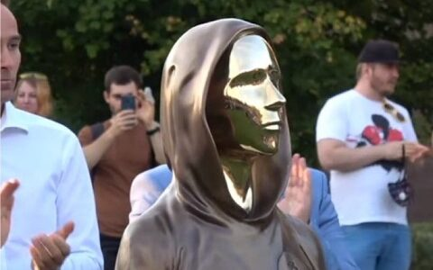 【画像】ハンガリーでサトシ・ナカモト像の除幕式 ビットコインの生みの親
